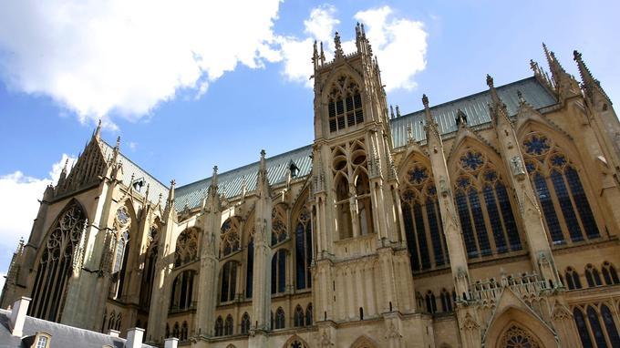Incendiée en 1877, la toiture de la cathédrale de Metz a été reconstruite en cuivre, vert-de-grisé sur l'image. Le tout est soutenu par une charpente en poutres métalliques à la «Polonceau», «les mêmes qu'à la gare du Nord», explique Jean-Michel Wilmotte.