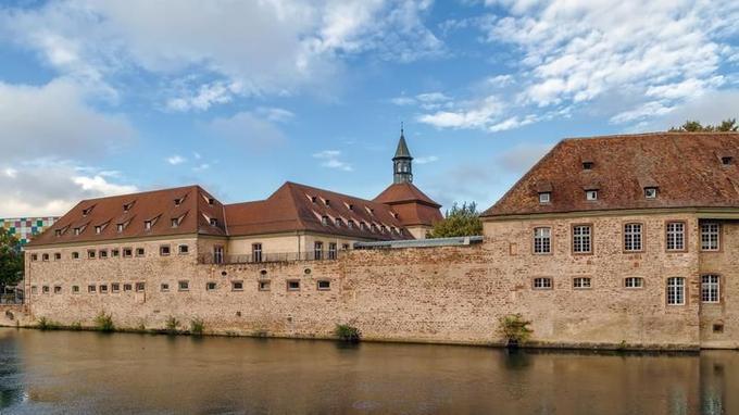 Avant 1945, date de sa création, chaque ministère assurait son propre recrutement de façon hétérogène (ici l'ENA à Strasbourg).