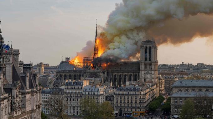 La proposition d'Emmanuel Macron d'oser «un geste architectural contemporain» suscite ironie et colère dans le pays.