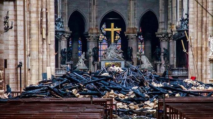 La croix dorée est intacte.
