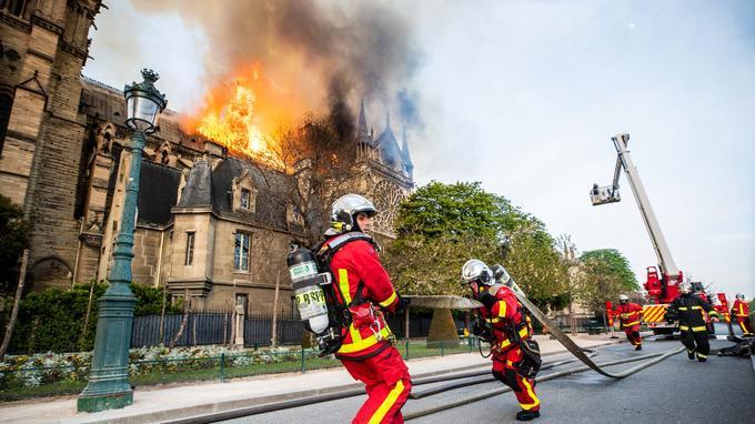 Les pompiers se sont rapidement mobilisés autour de la cathédrale.
