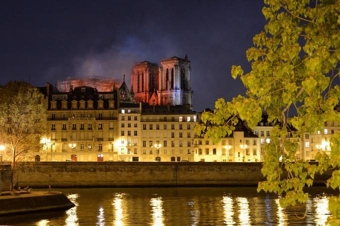 De loin, la ville paraissait paisible. Le calme de l'Île de la Cité s'expliquait d'abord par l'évacuation de tous ses habitants.