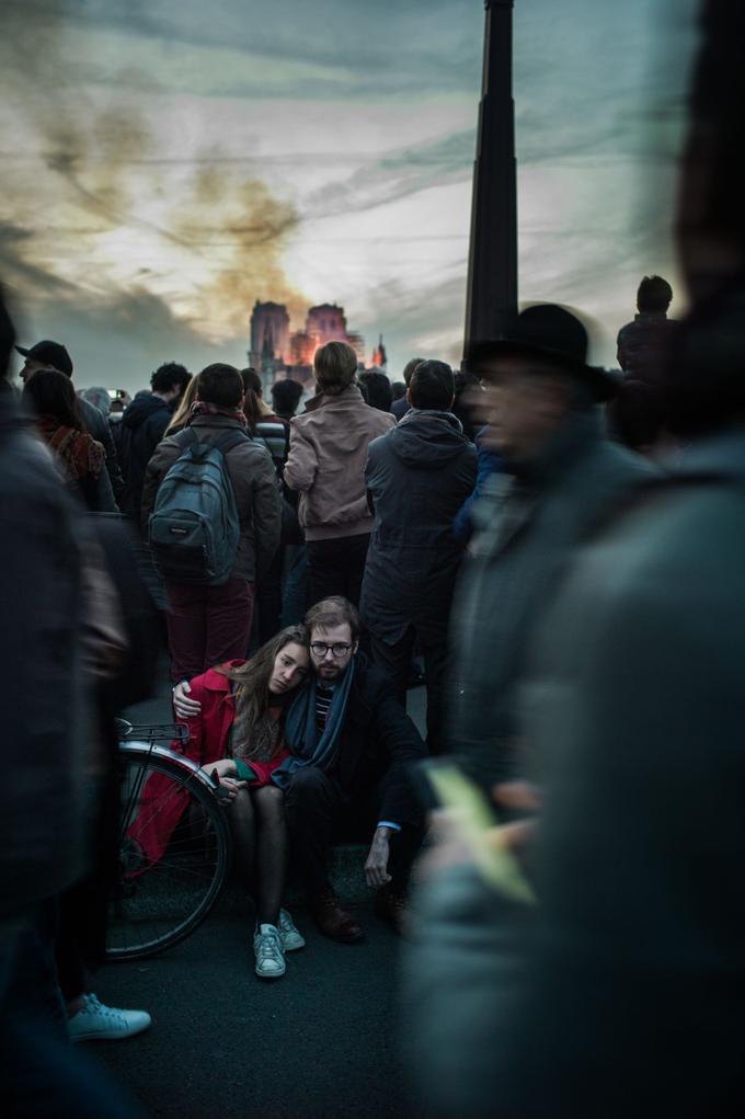 Les Parisiens sont restés incrédules devant l'inimaginable. Les heures passaient et rien ne semblait pouvoir arrêter l'incendie.