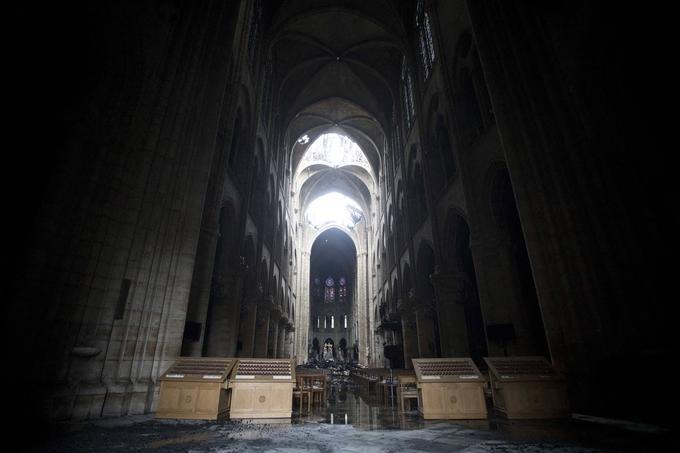Par les trouées béantes, le jour s'engouffrait dans les entrailles de la cathédrale.  <br/>