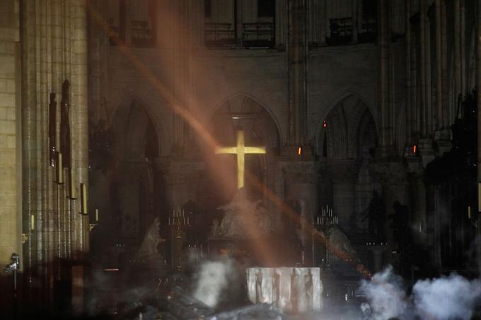 À travers la poussière et les fumerolles, le maître-autel de Notre-Dame paraît. Miraculeusement intact. <br/>
