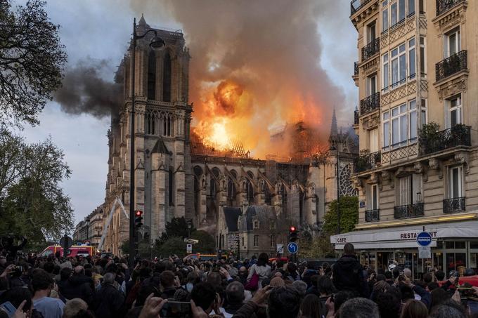 Pendant l'incendie, le silence de la foule était impressionnant. Seules les sirènes des pompiers déchiraient le crépitement des flammes.