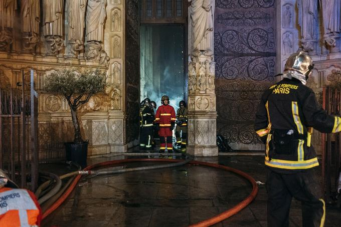 Dans l'entrebâillement des portails, les pompiers ont rapidement découvert une pluie de braises, de cendres et de plomb incandescent. <br/>