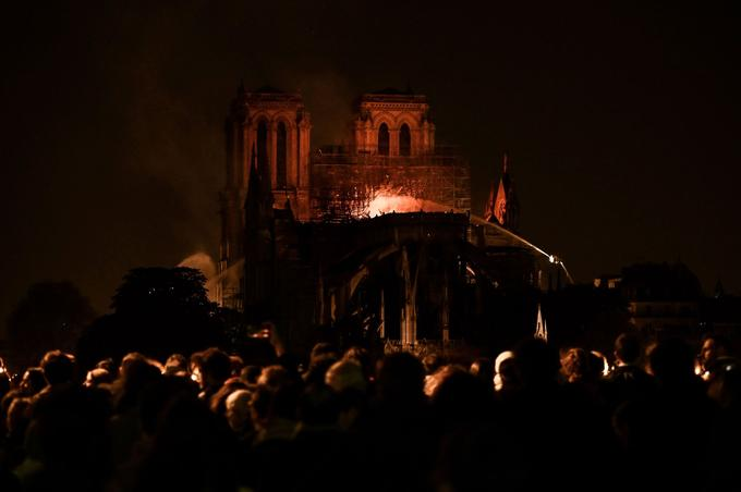 Toute la nuit, une immense foule est restée amassée sur les ponts, sur les quais de la rive gauche, place de l'Hôtel de Ville pour suivre le combat des pompiers.
