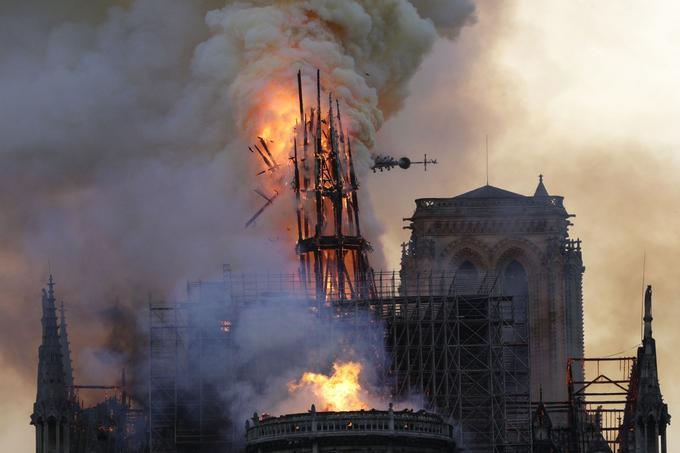 Peu avant 20 heures, la structure de 750 tonnes a cédé. Le coq qui dominait Paris à plus de 90 mètres sera retrouvé. Cabossé mais toujours avec ses précieuses reliques.