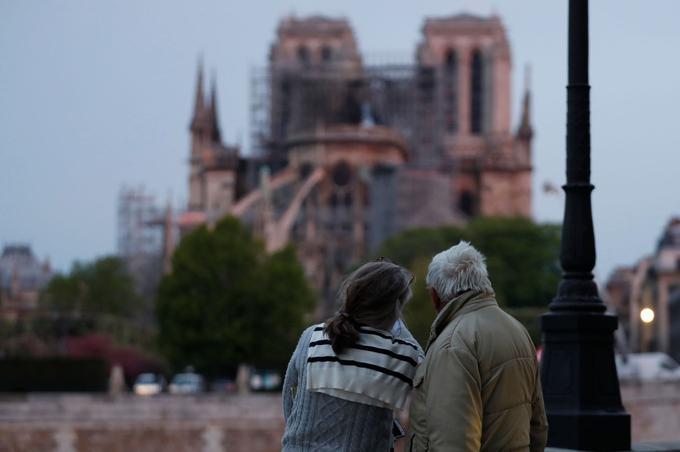 Au matin du mardi 16 avril, les Parisiens découvraient leur Notre-Dame meurtrie, mais toujours debout. <br/><b>» LIRE AUSSI - <a href=