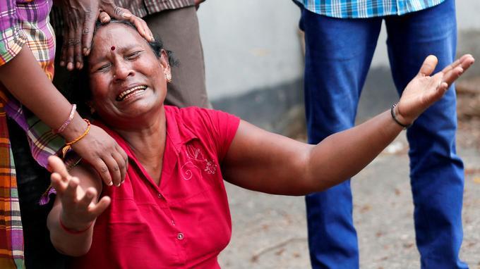 Une femme pleure une victime de l'église Saint-Anthony.