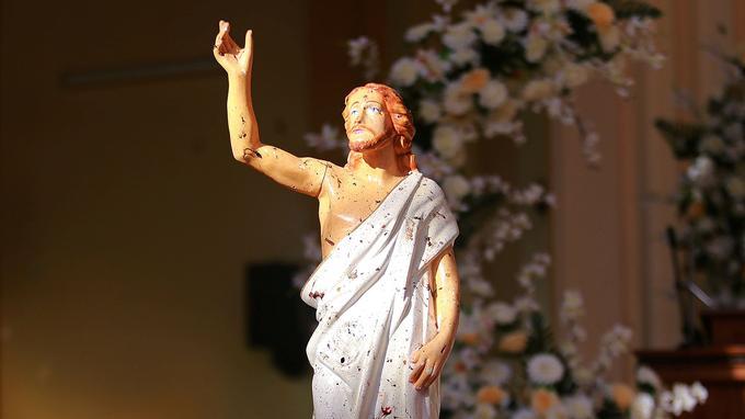 Une statue du Christ, maculée de sang, dans l'église de Negombo.
