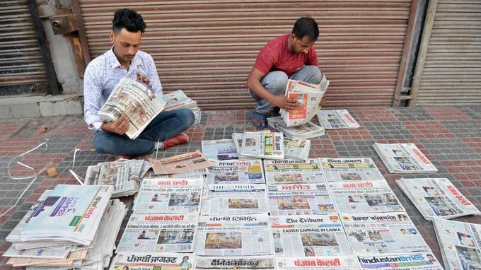 Des marchands de journaux trient les différents titres de presse qui évoquent les explosions au Sri Lanka.