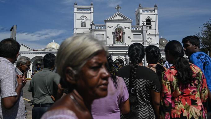 Des locaux sont revenus devant l'église Saint Anthony au lendemain de l'attentat.