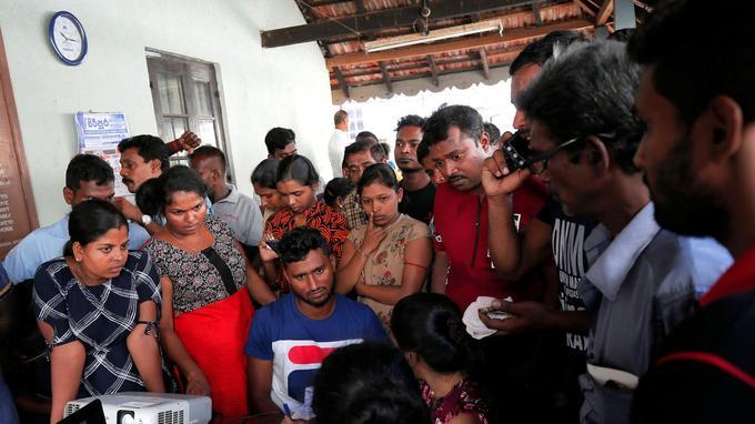 Les habitants de Colombo à la morgue pour tenter d'identifier des victimes. <br/>