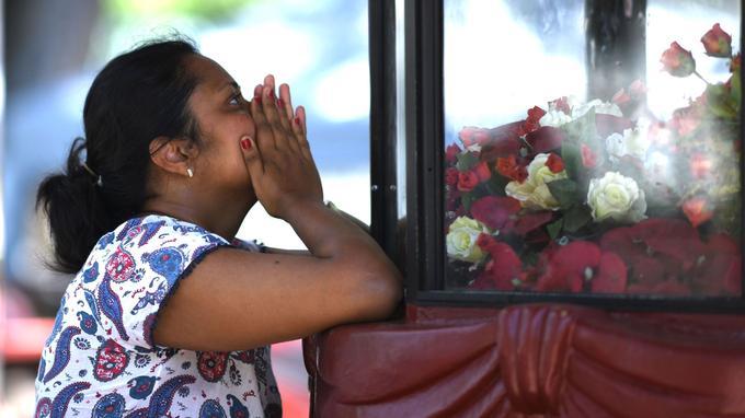 Une femme prie à Negombo.