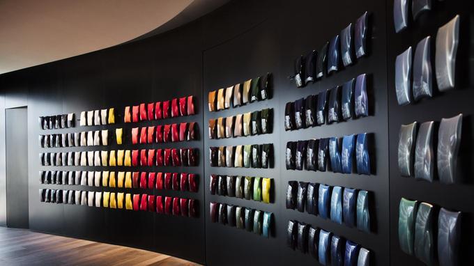 Le nuancier de peintures et de cuirs de Ferrari comporte une infinité de propositions.