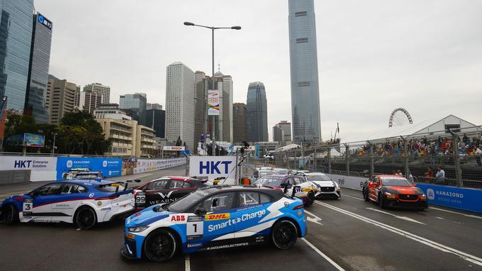 Premier tour de la course de I-Pace Trophy sur le circuit urbain de Hong Kong.