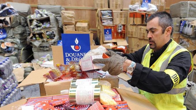 Un douanier montre de faux médicaments issus d'une saisie de près de dix tonnes sur le port du Havre, dans des conteneurs en provenance d'Asie.