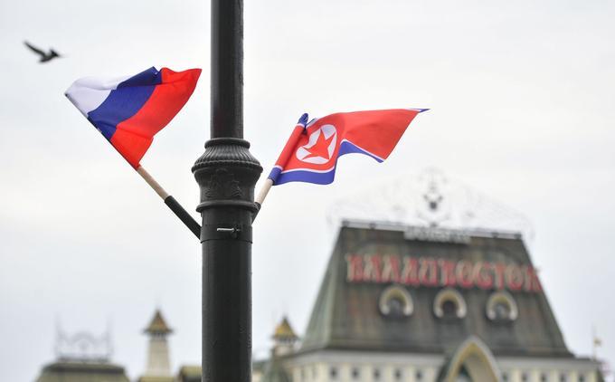 Des drapeaux russes et nord-coréens ont été accrochés aux lampadaires sur une île près du port de Vladivostok.