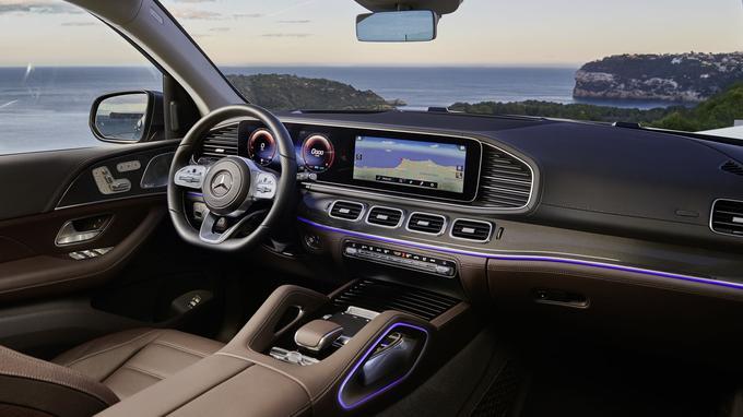Le luxueux intérieur emploie une grande tablette numérique faisant office de combiné d'instrumentation et commandant également le système d'infodivertissement.