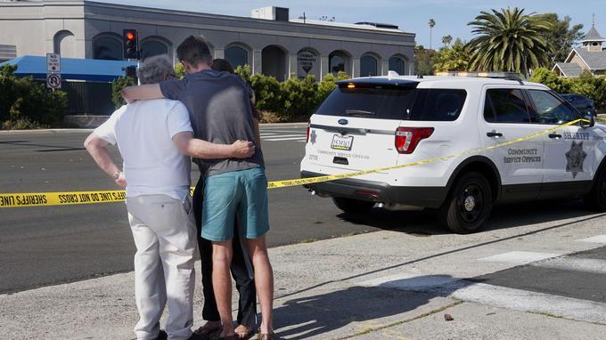 Devant la synagogue où a lieu la fusillade.