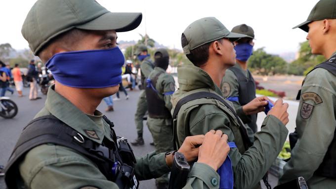 Des militaires devant la base aérienne La Carlota où se trouve Juan Guaido.