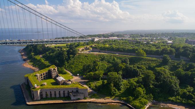 le pont qui relie Staten Island à Brooklyn d'où s'élance le marathon de New York, surplombe le site de Fort Wadsworth.