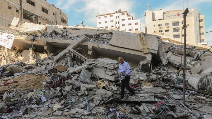 Des habitants de Gaza inspectent les dégâts causés par les frappes israéliennes, ce dimanche.