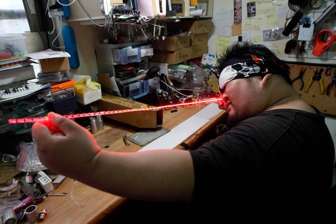 Le Taïwanais Makoto Tsaï, fan de «Star Wars», ici dans son atelier de Taipei, fabrique des répliques très réalistes du fameux sabre laser.