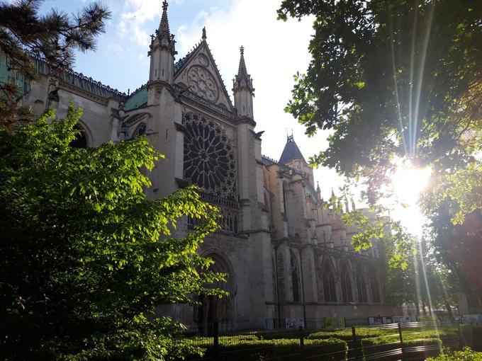 La basilique-cathédrale de Saint-Denis est à l'origine du développement du style gothique dans les constructions de grands édifices chrétiens. Elle se trouve à 25 minutes de métro de la gare Saint-Lazare.