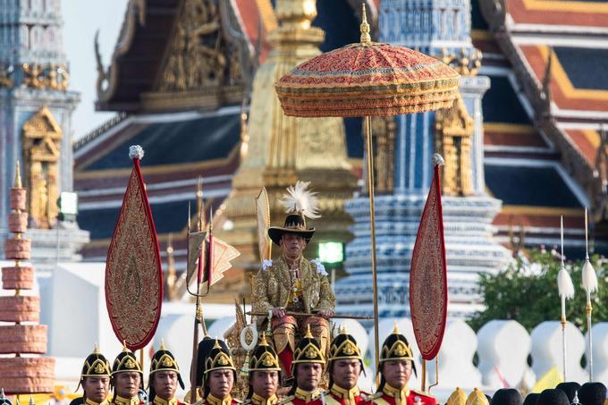 Des milliers de Thaïlandais ont bravé ce dimanche la canicule pour assister à la parade d'hommage au roi Maha Vajiralongkorn.