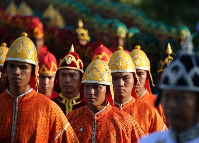 Cette parade est l'une des rares occasions pour les habitants du royaume d'approcher le roi, qui n'est vu habituellement que lors de cérémonies officielles à l'accès très limité.