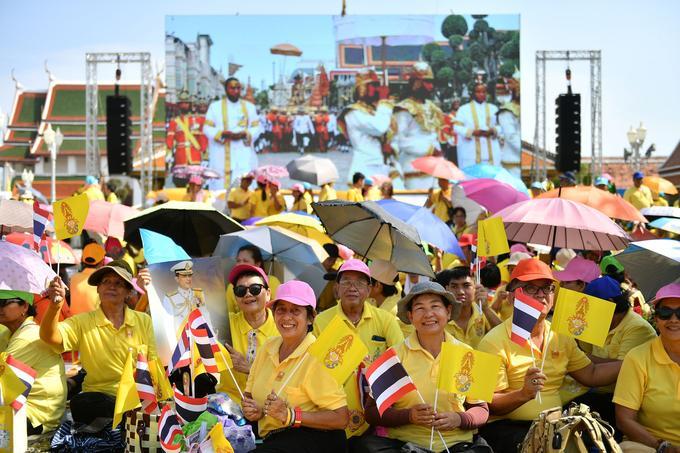 Plus de 200.000 personnes, vêtues de jaune (la couleur de la royauté) étaient attendues par les autorités sur le parcours.