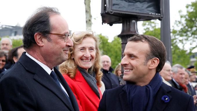Emmanuel Macron salue son prédécesseur François Hollande, le 8 mai 2019.