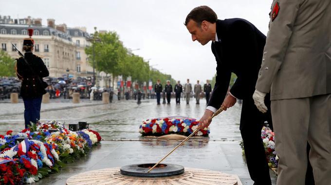 Emmanuel Macron ravive la flamme de la tombe du Soldat inconnu, le 8 mai 2019.