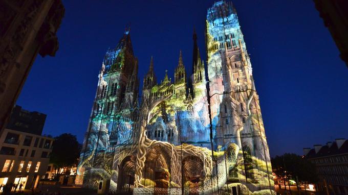 Son et lumière nocturne sur la cathédrale gothique de la ville, une féerie estivale jusqu'au 15 septembre.