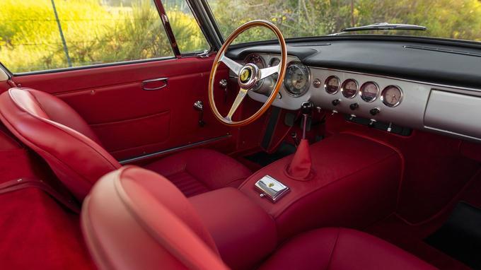 Lors de sa restauration, la 250 GT a retrouvé son intérieur en cuir rouge.