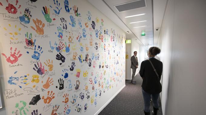 Les empruntes de mains déposées par les collaborateurs d'AWS à leur arrivée.