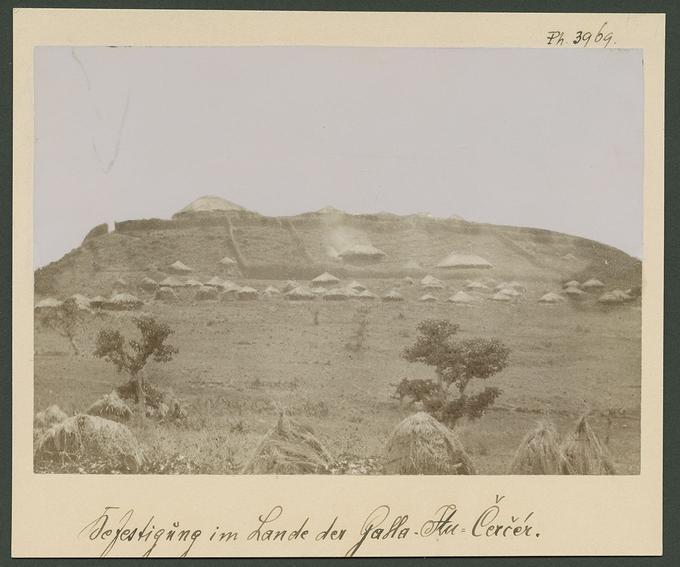 Paysage éthiopien avec en arrière-plan la fortification de la citadelle du Ras-Dargué (1887).
