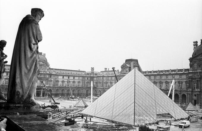 La pyramide du Louvre en pleine construction en 1988.
