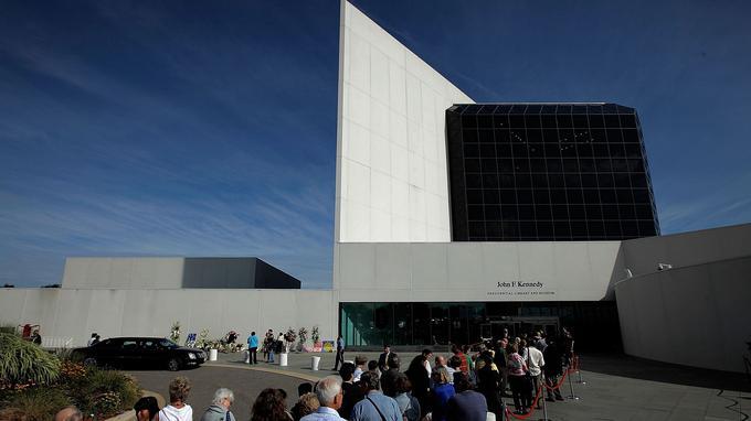 Des milliers de personnes étaient rassemblées devant la librairie le 28 août 2009 pour l'entrée du cercueil du sénateur Eward Kennedy.