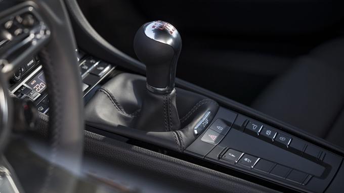 Le Cayman T est livré de série avec la boîte manuelle à 6 rapports mais la transmission PDK reste disponible en option.