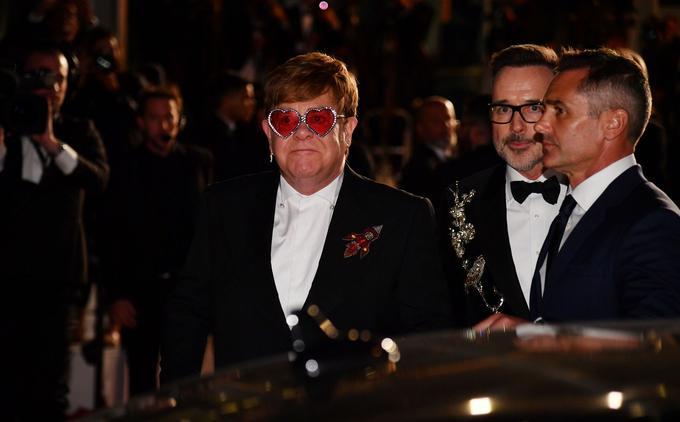 Elton John, accompagné de son mari, le producteur canadien David Furnish, quitte ému la projection de  <i>Rocketman</i> dans le Palais des Festivals de Cannes. <i/>