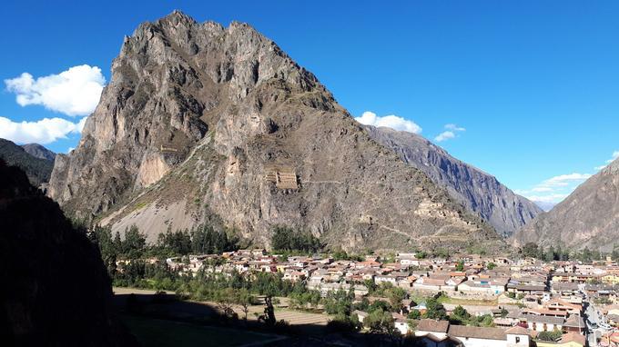 En plein dans la Vallée sacrée, la ville d'Ollantaytambo est entourée de ruines incas à flanc de montagnes. Elle se trouve à une quarantaine de kilomètres à vol d'oiseau du projet d'aéroport à Chinchero.