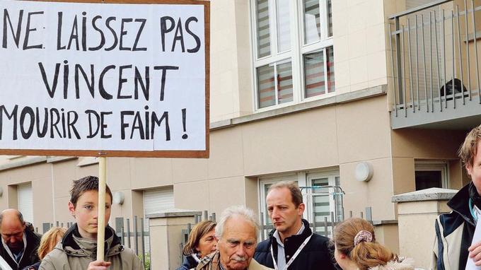 Des membres du comité de soutien à Vincent Lambert manifestent, dimanche devant le CHU de Reims, contre l'arrêt des soins ces prochains jours.