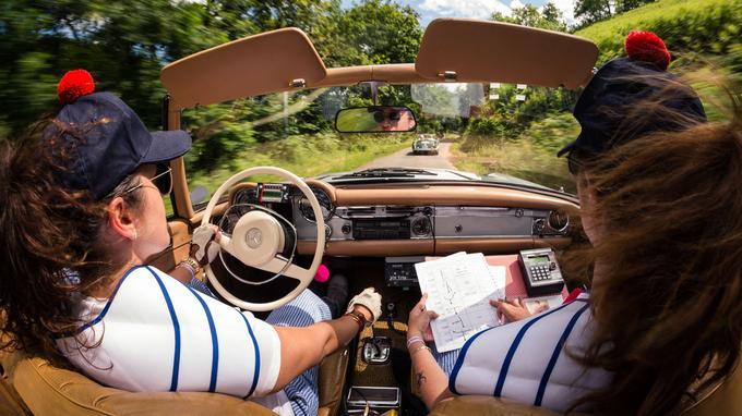 En cinq jours, les participantes devront relier Paris à Saint-Tropez, via 1 600 km de petites-routes.