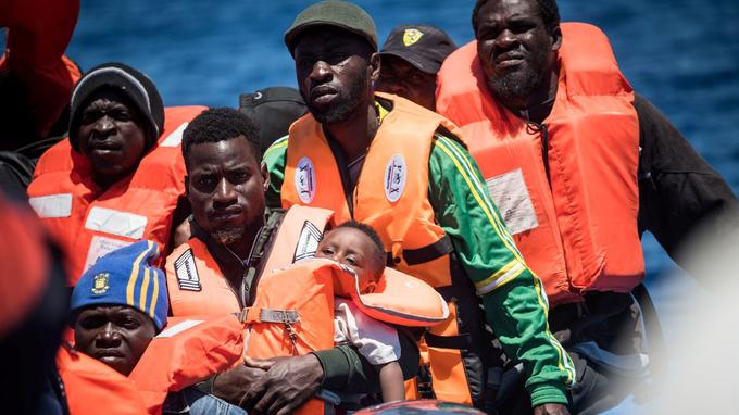 Des migrants sur un canot pneumatique avant leur sauvetage par le navire humanitaire  <i>Sea Watch 3</i>, le 15 mai au large de Lampedusa, en Italie.