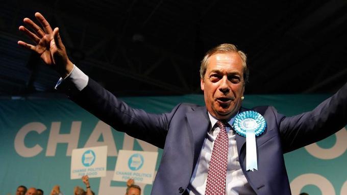 Nigel Farage, avec son Parti du Brexit, figure largement en tête des sondages.