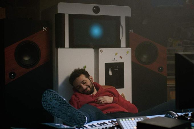 William Leghbil est poto avec son frigo dans «Yves».